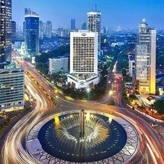 Salah satu ikon Jakarta, air mancur Bundaran HI dengan patung Selamat Datang