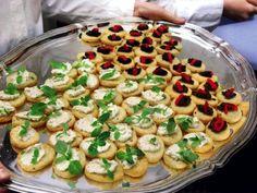 Crostini med två pålägg - Recept - Förrätter Buffémat Tapas och tilltugg   Allt om Mat