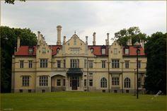 Pałac w Jabłoniu zbudowany w latach 1904-1905 wg projektu Ferdinanda Fellnera przez oficera wojsk napoleońskich - Piotra Strzyżowskiego. Kolejni właściciele to Zamoyscy -mieszkali tu do 1944 roku. Po 1945 roku był tu internat, potem budynek uległ pożarowi. Zniszczony, opuszczony następnie przez wiele lat remontowany. Porte Cochere, The Beautiful Country, Pavilion, Poland, Terrace, Places To Visit, Castle, Villa, Around The Worlds