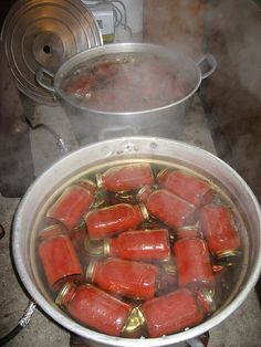 To: Canning Tomatoes For Homemade Tomato Sauce canning tomatoes - I've never seen jars canned on their sides like that before!canning tomatoes - I've never seen jars canned on their sides like that before! Canning Tips, Home Canning, Canning Recipes, Canning Process, Canning Vegetables, Canning Tomatoes, Veggies, Tomato Canning, Homemade Tomato Sauce