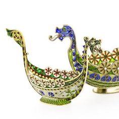 Hos oss finner du en mengde unike antikke smykker og gjenstander. Som f.eks disse vikingskipene av Marius Hammer og Gustav Gaudernack. Velkommen til Oslos største skattkammer! #antikk #skatter #Gaudernack #Hammer #emalje #esaiassolberg