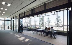 オフィス空間とバルコニーとは床レベルをそろえて一体感を高めている。開口部はLow-E複層ガラスの既製サッシ。写真の11階だけは天井高3.5mだが、他のフロアは2.8m(写真:吉田 誠)