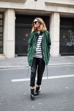 For an on-trend look without the need to sacrifice on practicality, we like this combo of a dark green parka and black leather skinny pants. A pair of black and white leather ankle boots will take an otherwise simple getup down a more glamorous path. Fashion Weeks, Black And White Ankle Boots, Pantalon Slim Noir, Military Trends, Military Style, Military Green, Military Jacket, Green Parka, Green Coat