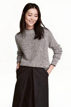 Pullover in maglia: Pullover in morbida maglia a coste di misto cotone. Ampio collo a costine e maniche lunghe.