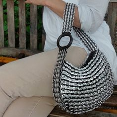 easy way to make pattern for denim bags. Soda Tab Crafts, Can Tab Crafts, Aluminum Can Crafts, Pop Tab Purse, Pop Can Tabs, Crochet Rings, Soda Tabs, Creative Shoes, Pop Cans