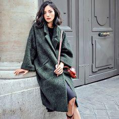 Dieser lange weite Wintermantel in Grün macht aus jedem Outfit ein Modestatement. | Stylefeed
