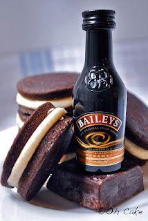 Oh Cake: Chocolate Stout & Baileys Buttercream Whoopie Pie. Chocolate Whoopie Pies, Chocolate Stout, Cake Chocolate, Köstliche Desserts, Delicious Desserts, Dessert Recipes, Yummy Food, Alcoholic Desserts, Pie Dessert