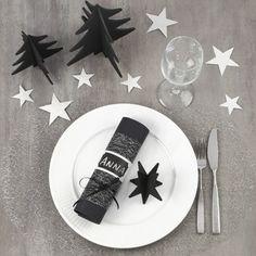 Juldukning med bordsdekorationer i svart och silver
