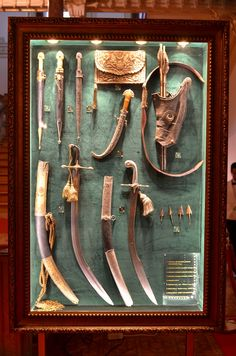 Armor and weapons etc from Yildiz Palace, Turkey. Swords And Daggers, Knives And Swords, Antique Display Cabinets, Indian Sword, Turkish People, Hidden Gun, Museum Displays, Arm Armor, Cool Guns