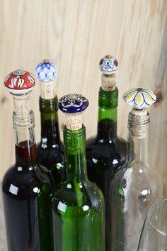 """Puxadores de porcelana são seres que foram feitos para encantar e são os meus itens preferidos quando entro em uma loja online de artigos de decoração, aliás, tenho alguns por aqui que estão aguardando um projetinho qualquer dia desses (Juro como estou me organizando agora nesse segundo semestre pra voltar com os meus """"passo a … Cork Crafts, Bottle Crafts, Pop Art, Diy Home Decor, Mason Jars, Wine, Cool Stuff, Instagram Posts, Gifts"""
