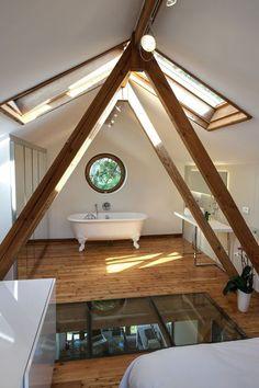 Sous les poutres apparentes, une salle de bains de rêve
