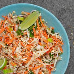 Den färska asiatiska wokmixen kan också serveras som sallad. Här är den smaksatt med lime, sesam och honung.