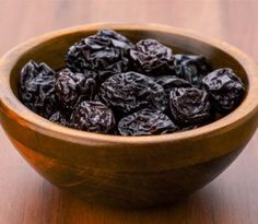 Prunes, the dried plums when taken in form of juice offer amazing benefits. Here are the best benefits of prune juice for skin, hair & health delineated for you. Healthy Eating Tips, Healthy Baking, Brownies Sains, Juice For Skin, Enjoy Your Meal, Water Retention Remedies, Dried Plums, Dried Fruit, Plat Simple
