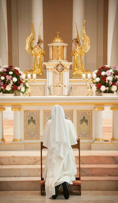 novice adoring our Lord in the Eucharist.  beautiful ✌☺