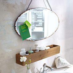 Ovaler Wandspiegel mit Antikfinish am Rand des Spiegelglases. Kettenaufhängung. Aus Metall und Glas. Ca. H 35 x B 65 x T 1 cm Impressionen DE