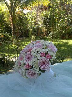Buquês delicados e tonalizados na cor rosa, são os preferidos de nossas noivinhas.