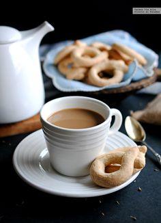 Los roscos son uno de los muchos dulces tradicionales de Semana Santa en Andalucía, donde también los denominan rosquetes. Hay muchos tipos de ro...