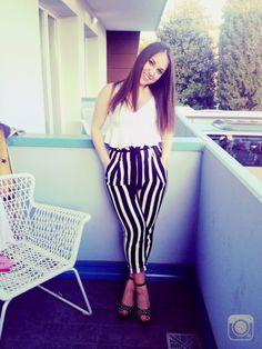 Pantaloni a vita alta e top bianco