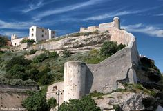 Les fortifications de Bonifacio. photo: Eric Volto #Corsica, #Corse