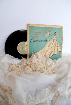 60s - Buquês de Noivas enormes feitos cada detalhe à mão  flores prensadas, cortadas e gofradas (gofrar = fazer nervuras em flores e folhas artificiais):