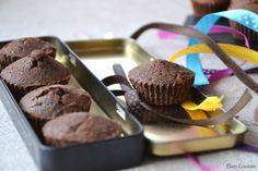 Ingrediente: 4 ouă 50g unt 4 linguri zahăr pudră 1 plic zahăr vanilat 100g ciocolată neagră 3 linguri făină Mod de preparare: 1. Se amestecă bine untul cu zahărul si gălbenuşurile. 2. Se adaugă fă…