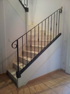 Rampe et garde-corps adapté sur escalier bois Indoor Stair Railing, Iron Stair Railing, Metal Railings, Balcony Railing, Flooring For Stairs, Hallway Storage, Boho Bedroom Decor, House Stairs, Classic House