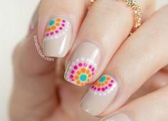 Cieliste paznokcie z kolorowymi wzorkami w kropki