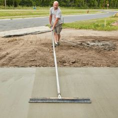 We tagged along with a professional mason to learn how to pour a perfect concrete slab. Diy Concrete Driveway, Diy Concrete Slab, Pouring Concrete Slab, Concrete Slab Foundation, Poured Concrete Patio, Concrete Footings, Concrete Forms, Concrete Steps, Concrete Projects