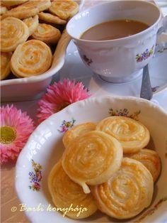 Barbi konyhája: Ropogós sajtos csiga Bread Recipes, New Recipes, Snack Recipes, Cooking Recipes, Savory Pastry, Hungarian Recipes, Appetisers, Party Snacks, Winter Food
