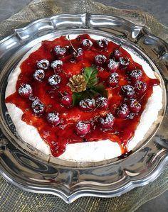 Pavlova com geleia de frutas vermelhas e cerejas frescas