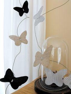 papillons en lin naturel, coton noir et piqué de coton blanc rayé noir  sur fil de fer gainé papier naturel et petites perles