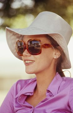 Peggy Lipton, 1970  - don't those big square sunglasses and wide floppy brim hat just scream 1970? Wonder if it was Jackie Onassis who ushered in the big square sunglasses or if they were 'trend' already before she started wearing them?