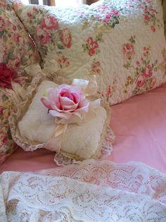 shabby chic blankets @ napoleonsnotes com Romantic Shabby Chic, Romantic Cottage, Romantic Homes, Shabby Chic Cottage, Shabby Chic Homes, Shabby Chic Style, Cottage Style, Rose Cottage, Romantic Bedding