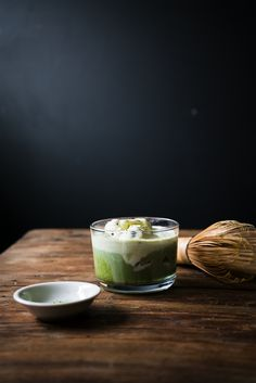 Is it weird that I want is this matcha affogato with chocolate chip ice cream for breakfast rn? Green Tea Vs Coffee, Peach Green Tea, Matcha Green Tea, Just Desserts, Delicious Desserts, Lemonade Tea Recipe, Ice Cream For Breakfast, 90 Second Keto Bread, Affogato