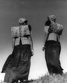 Portret van twee vrouwen in klederdracht te Eemdijk (gemeente Bunschoten). 1948
