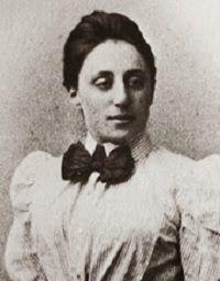 Amalie Emmy Noether (1882-1935) fue una matemática, alemana de nacimiento, conocida por sus contribuciones de fundamental importancia en los campos de la física teórica y el álgebra abstracta. Considerada por David Hilbert, Albert Einstein y otros personajes como la mujer más importante en la historia de las matemáticas, revolucionó las teorías de anillos, cuerpos y álgebras. En física, el teorema de Noether explica la conexión fundamental entre la simetría en física y las leyes de…