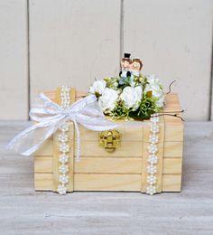Ihr wollt Geld verschenken, und sucht eine edle Variante? Hier für Euch liebevoll gebastelt ein süsses Brautpärchen auf einer Holzschatulle, geschmückt mit Rosen. Es wid dem Brautpaar...