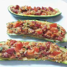 Calabacines rellenos de chorizo, arroz, tomate y parmesano.