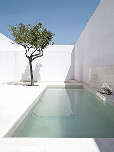 Turquoise pool waters, minimalistic outdoor design | Alberto Campo Baeza