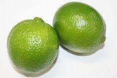 「ライム(タヒチライム)」 強い酸味と独特の香りがあり、主にジュースやカクテルに利用されています。  レモンより小さめの「タヒチライム」と、それをさらに小さくした「メキシカンライム」の2種類があります。