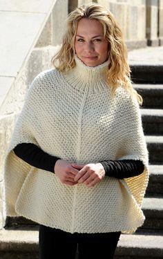 Gratis strikkeopskrifter til kvinder! Helt enkel poncho strikket i retstrik med dejlig, høj rullekrave