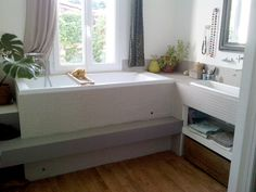 une baignoire avec vue sur le jardin Alcove, Bathtub, Bathroom, Storage, Furniture, Coups, Home Decor, Beige, Diy Ideas For Home