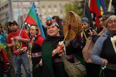 Este lunes se cumplen 523 años de la llegada de Cristóbal Colón al continente. Representantes indígenas de Chile se alzaron en repudio a esto.  | Foto: T13