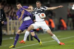Gonzalo Rodriguez of ACF Fiorentina fights for the ball with Giorgio Chiellini of Juventus during the UEFA Europa League Round of 16 match b...