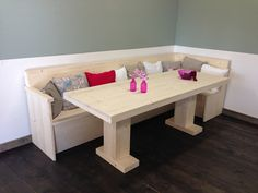 Set van een eettafel met twee centrale poten 80x120 cm en eet-hoekbank 110x285 cm. Alles van nieuw steigerhout en onbehandeld.