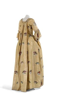 (Image right) ENGLAND Dress (Open robe and petticoat) silk tafetta brocade, linen lining, cotton bobbin lace (a) cm (centre back); Rococo, Baroque, Antique Clothing, Historical Clothing, Women's Clothing, Vintage Outfits, Vintage Fashion, 18th Century Costume, 18th Century Fashion