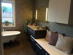 Mye plass til #oppbevaring, stilige #baderomsmøbler og store #fliser gjør dette badet både pent og praktisk.