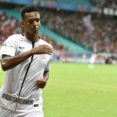 Jô deixa sua marca, e Corinthians vence Vitória na Bahia