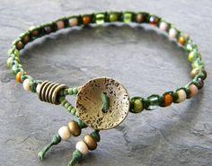 Olivgrün verknotete Armband Macrame Perlen grüne irische gewachstem Leinen Cord irisierende Elfenbein Lime grün Golden gelb Artisan böhmischen Schmuck