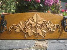 perchero con uvas madera de castaño,pomos de hierro tallado a mano,pintado con nogalina.